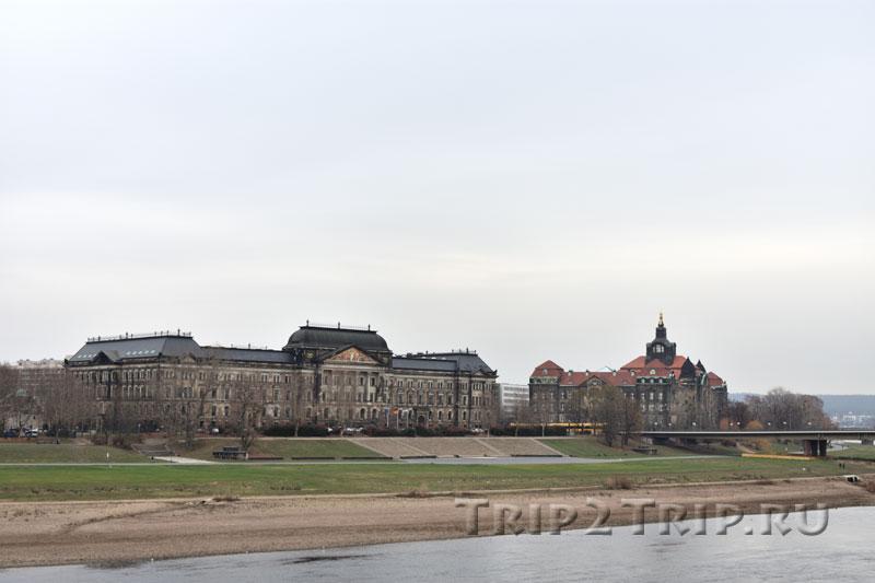 Финистерство финансов (справа) и Государственная канцелярия Саксонии (слева), Дрезден
