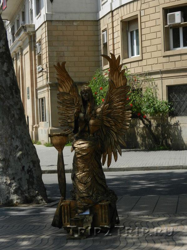 Ангел, живая статуя на Рамбле, Барселона