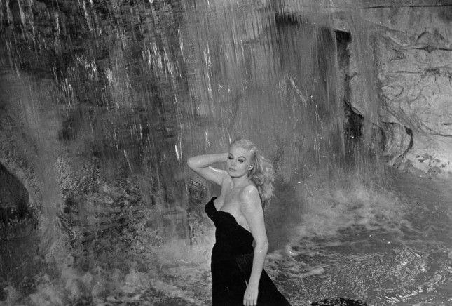 """Анита Экберг купается в фонтане Треви (кадр из фильма Федерико Феллини """"Сладкая жизнь"""")"""