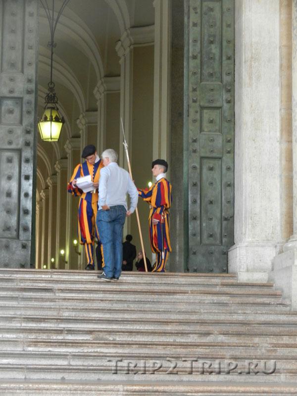 Швейцарская гвардия у Бронзовых ворот, Ватикан