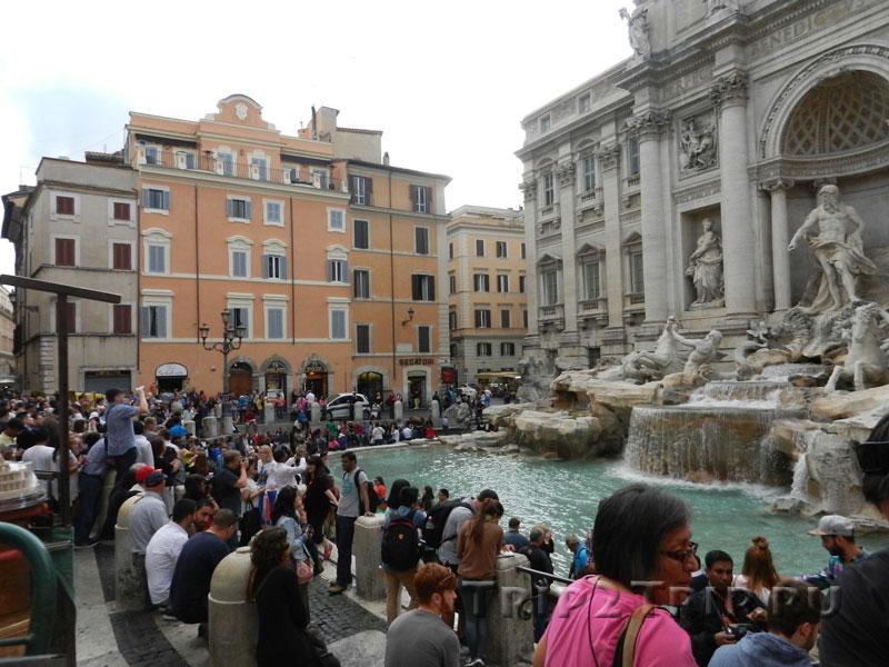 Скопление людей перед фонтаном Треви, Рим