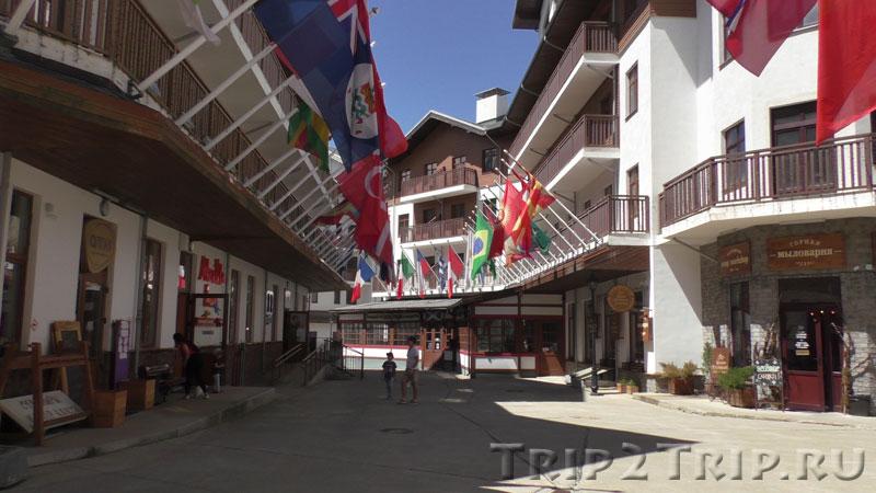 Аллея флагов на улице Медовея, горная олимпийская деревня на Розе Плато, Эсто-Садок