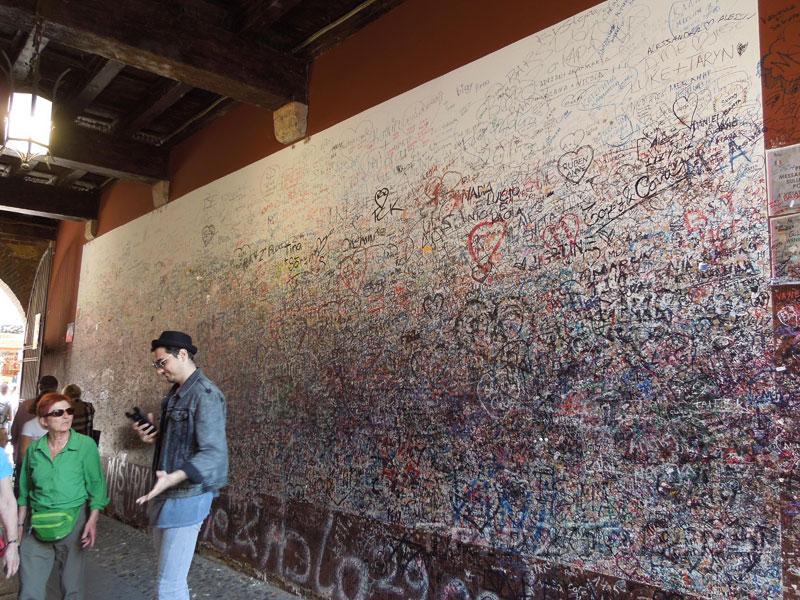 Туннель к дворику Джульетты, исписанный её поклонниками, Верона