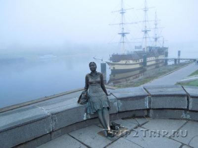 Скульптура Усталая Туристка, набережная Александра Невского, Великий Новгород