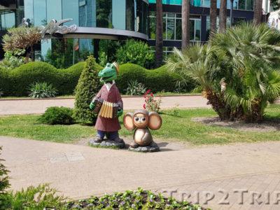 Скульптура Чебурашки и Крокодила Гены, Навагинская улица, Сочи