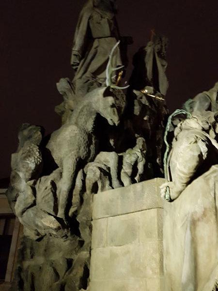 Cв.Ян из Маты, св.Феликс из Валуа и Иван Блаженный, Карлов Мост, Прага. Фрагмент.