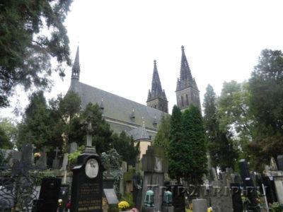 Вышеградское кладбище на фоне собора свв. Петра и Павла, Прага