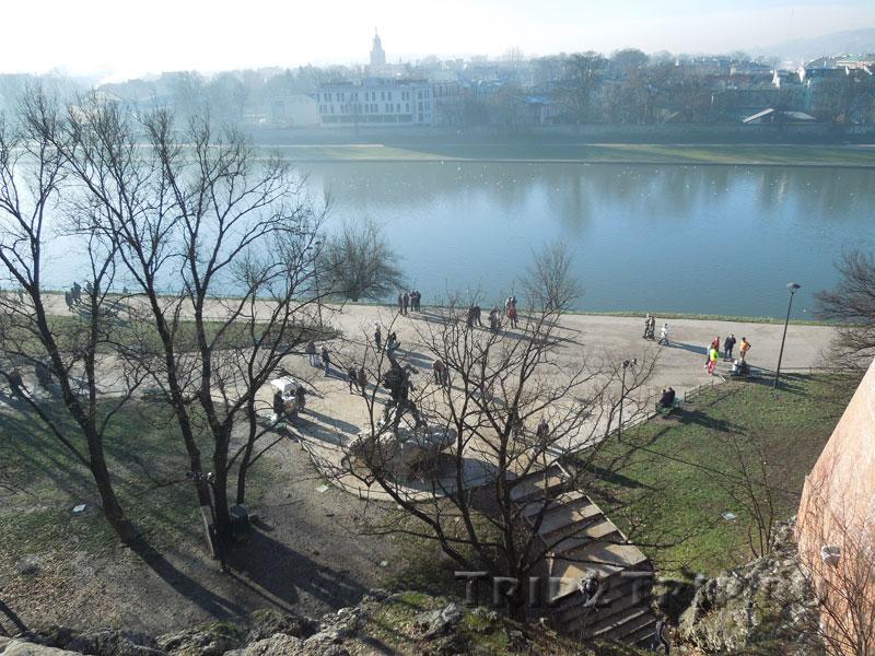 Статуя дракона на фоне Вислы, Краков