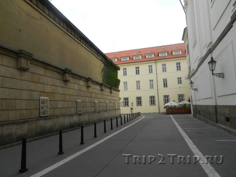 Второй дворик, слева - Читальный зал Клементинума, Прага