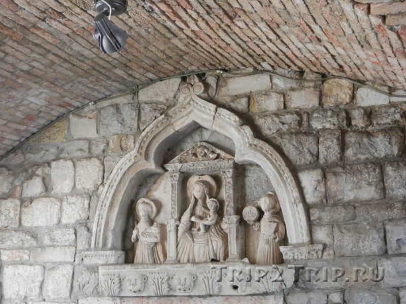 Барельеф внутри Морских ворот, Котор