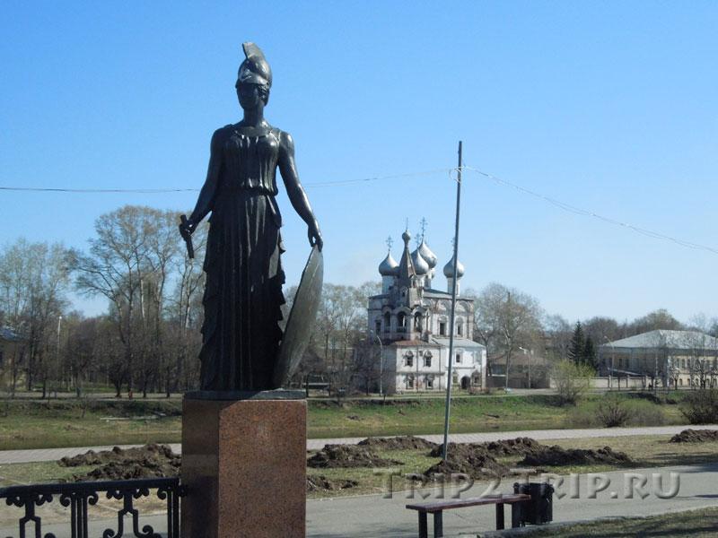 Афина Паллада как часть памятника Батюшкову, на заднем плане - Мироносицкая церковь, Вологда