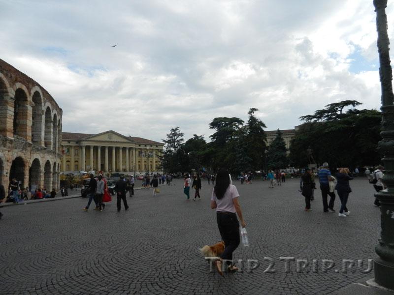 Арена ди Верона и палаццо Барбьери, пьяцца Бра, Верона