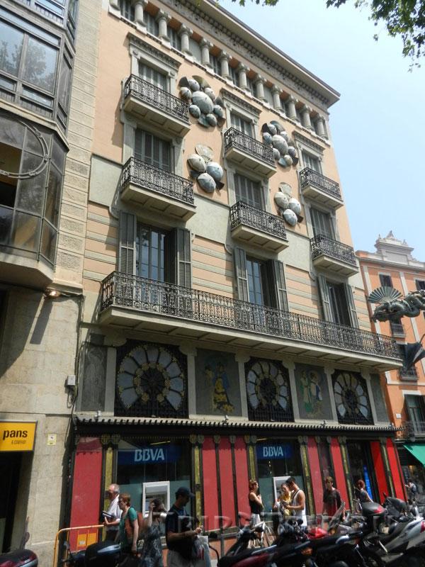 Каса Бруно (Китайский дом с зонтиками и драконом), Рамбла, Барселона