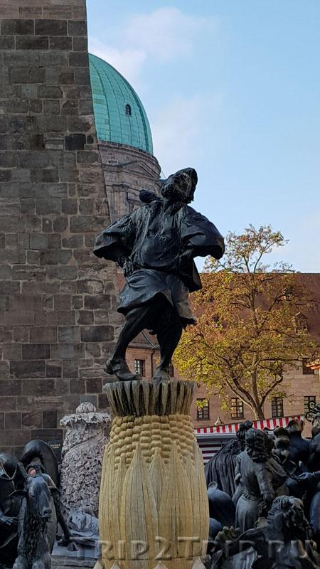 """Скульптура Ганса Сакса в центре фонтана """"Брачная карусель"""", Нюрнберг"""