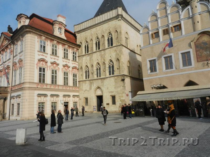 """Дом """"У Каменного колокола"""", восточная сторона Староместской площади, Прага"""