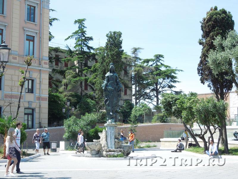 Статуя Святой Луции около вокзала Санта-Лючия, Венеция
