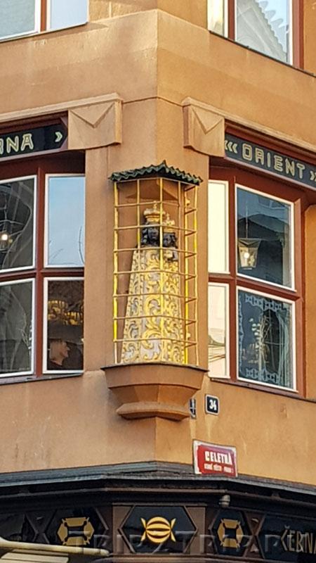 """Дом """"У Чёрной Мадонны"""", улица Целетна, Прага"""