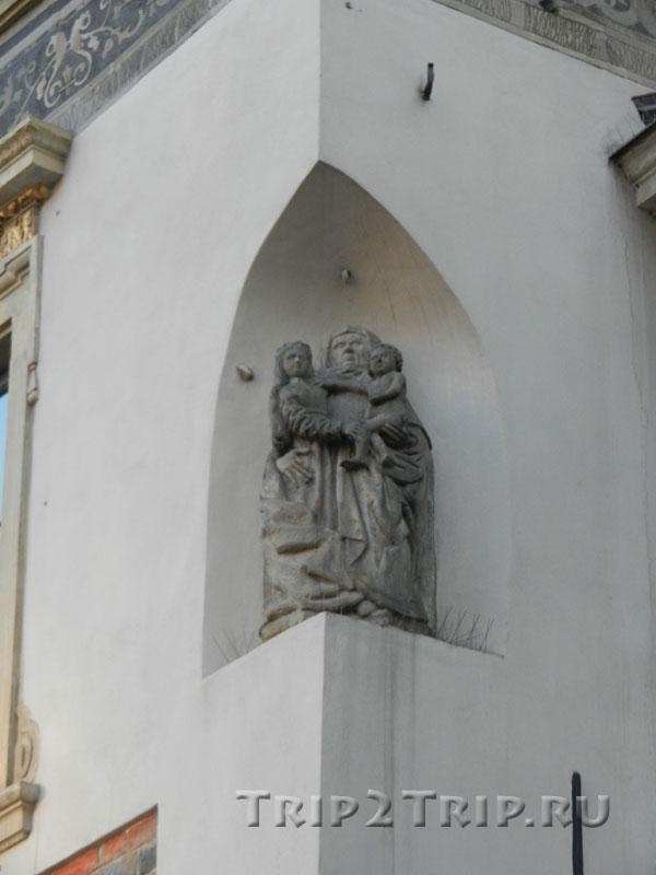 """Статуэтка Святой Анны, дом №31, """"Под св. Анной"""", сторона Коллонтая, Рыночная площадь, Варшава"""