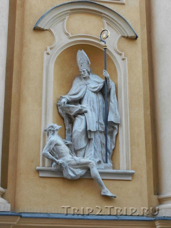 Статуя в нише фасада, костёл св. Мартина, Старувка, Варшава