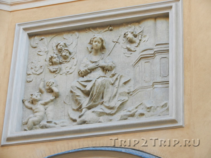 Барельеф над входом в костёл Св.Мартина, Старувка, Варшава