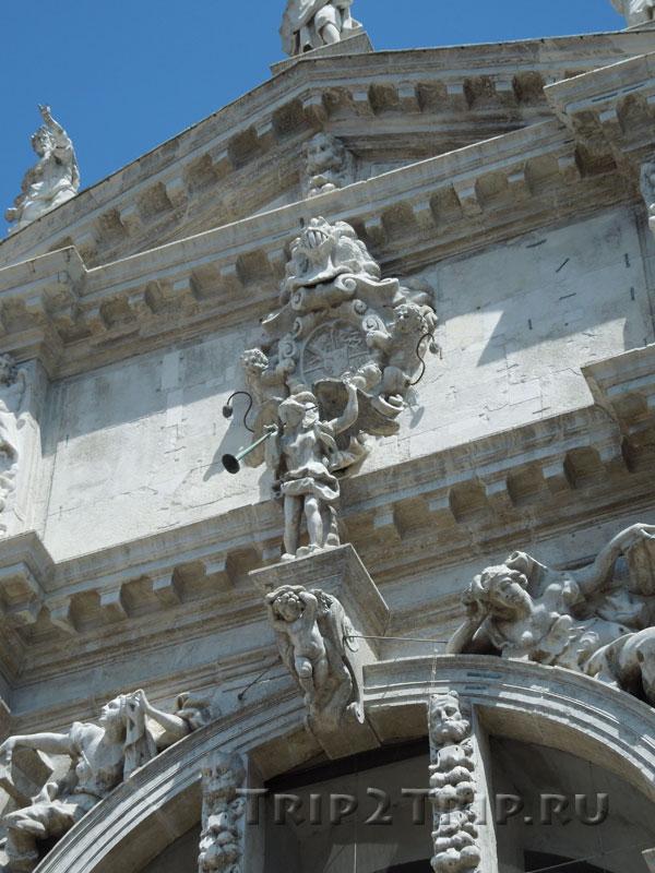 Герб семьи Фини, церковь Сан-Моизе, Венеция