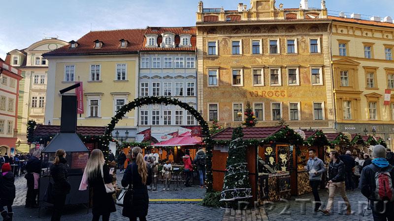 Западная сторона Малой площади, в центре - Роттов дом, Прага