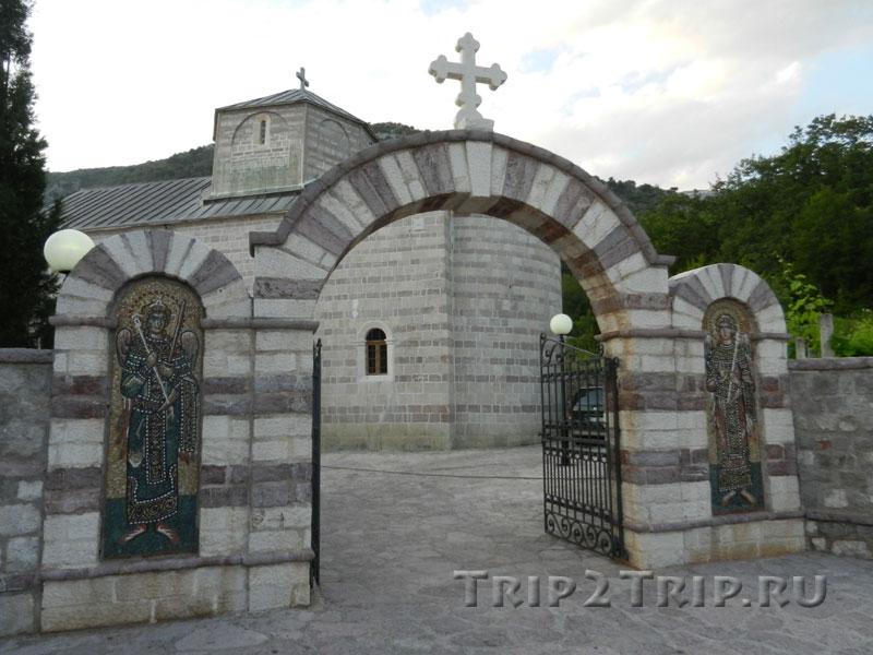 Ворота в монастырь Подмаине, Будва