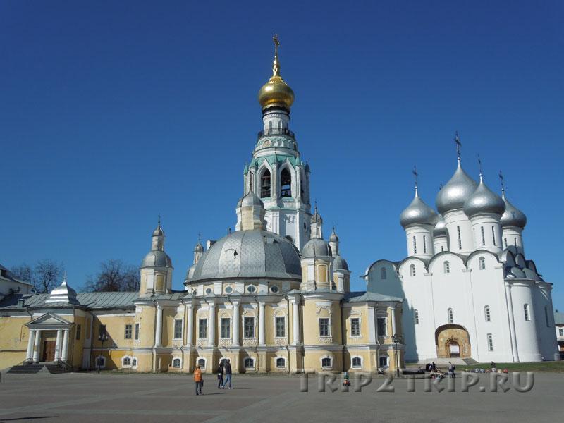 Воскресенский собор (на переднем плане), Вологда