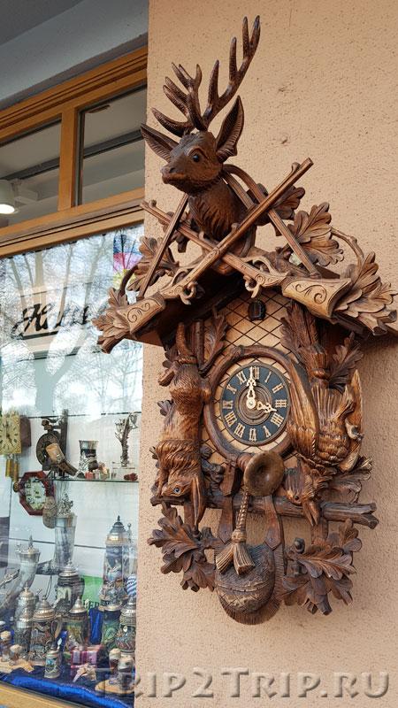 """Часы с кукушкой на здании бывшей гостиницы """"Белый ягненок"""" в Регенсбурге"""