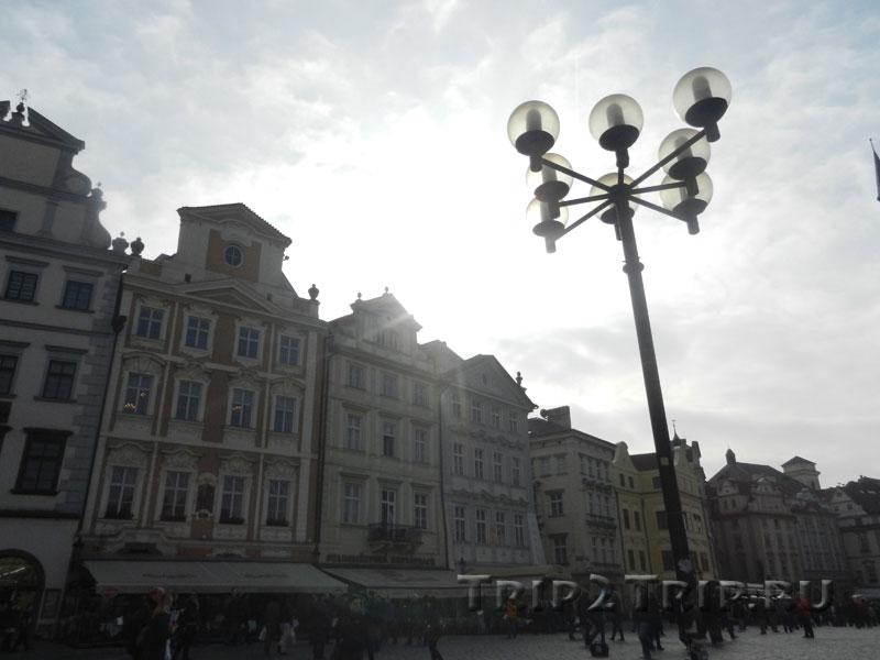 """Дома """"У Каменного стола"""", """"У Лазаря"""" и """"У Золотого единорога"""" по южной стороне Староместской площади, Прага"""