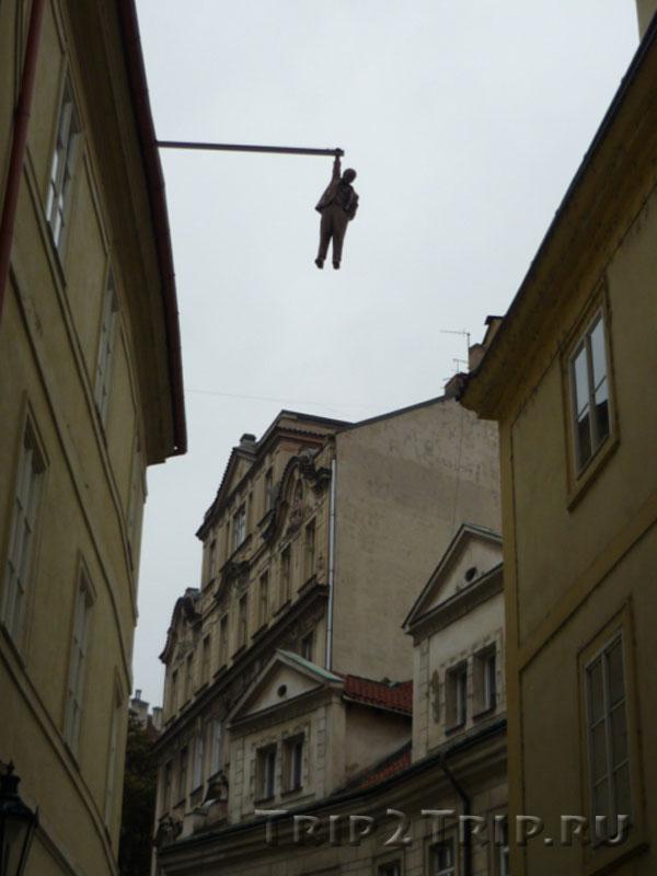 """Скульптура """"Висящий человек"""", Гусова улица, Прага"""