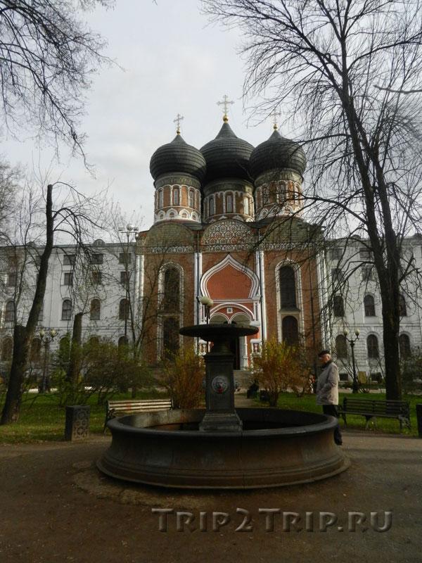 Львиный фонтан на фоне Покровского храма, Измайловский остров, Москва