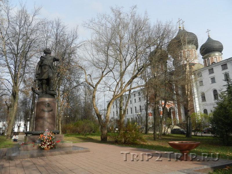 Сквер перед собором Покрова, Измайловский остров, Москва