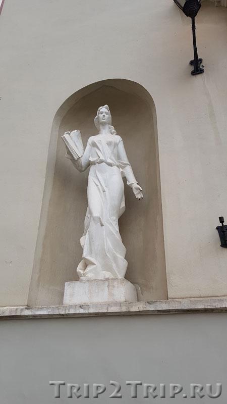 Скульптура студентки в нише слева, Аула, Вильнюсский Университет