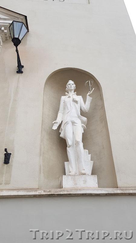 Скульптура Студента в нише справа, аула, Вильнюсский Университет
