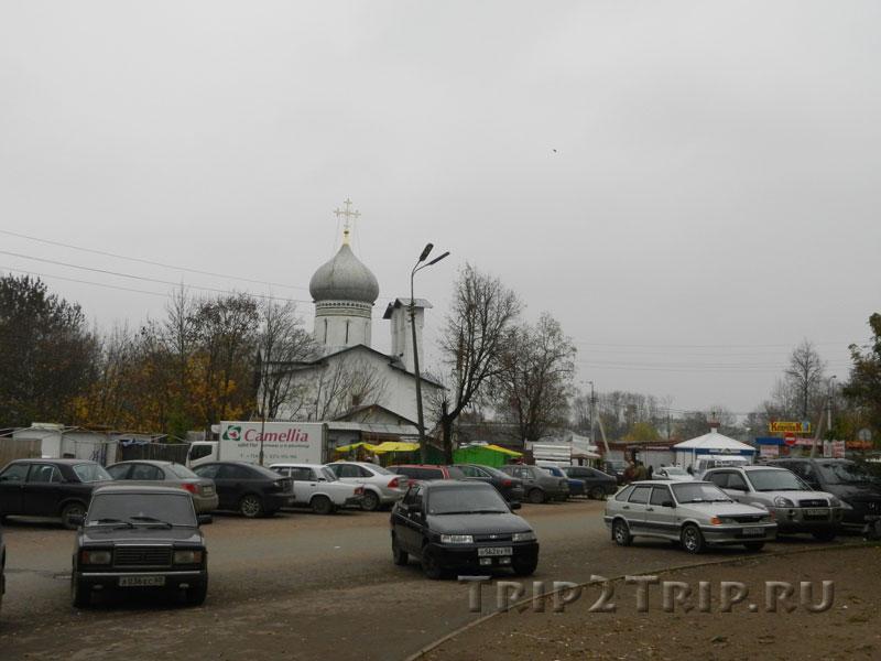 Церковь Петра и Павла с Буя и вещевой (Белорусский) рынок перед ней, Псков