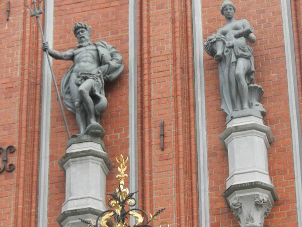 Скульптуры Нептуна и Единства на фасаде дом Черноголовых, Рига