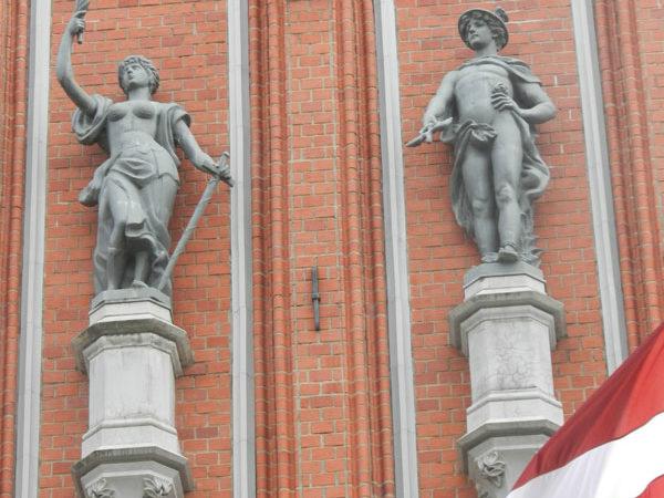 Скульптуры Мира и Меркурия на фасаде дом Черноголовых, Рига