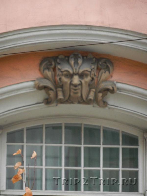 Украшение в виде маскарона над окном Министерства Экономики, улица Бривибас, Рига