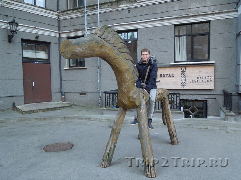 Деревянный конь около церкви Святого Петра, Рига