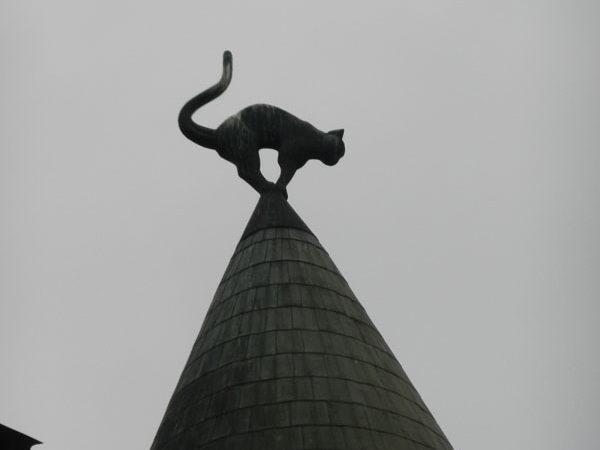 Кошка на левой башне, Дом с котами, Ливская площадь, Рига