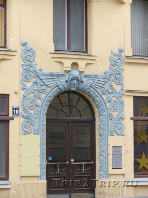 Дверь с женским маскароном, Дом с котами, Рига
