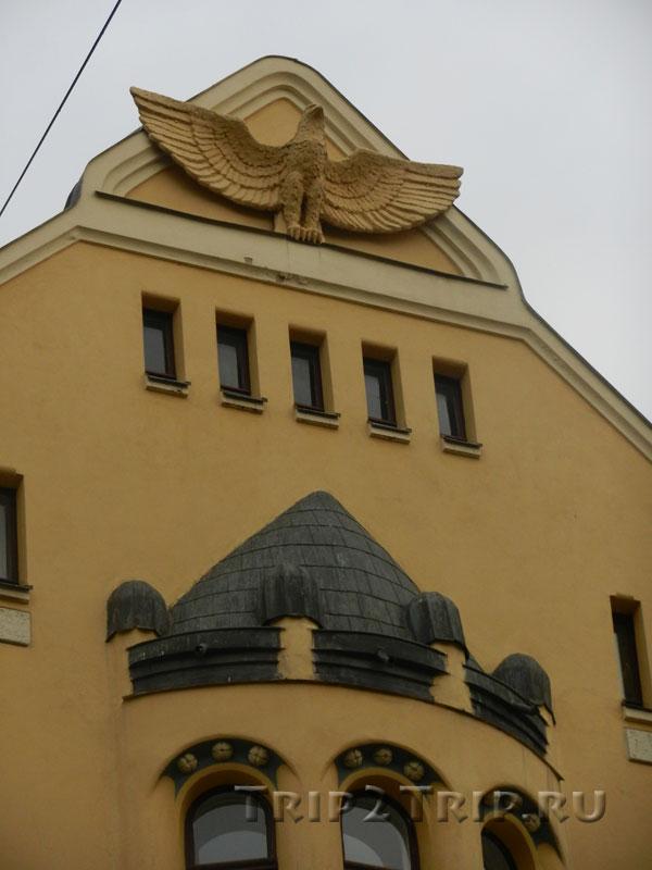 Орёл на центральном фронтоне, Дом с котами, Рига