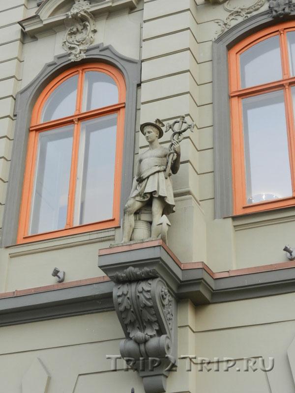Скульптура Меркурия на фасаде дома Фитингофа, Ливская площадь, Рига