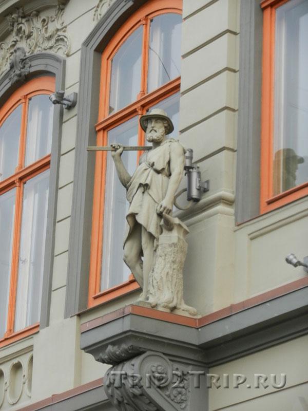 Скульптура Вулкана (Гермеса) на фасаде дома Фитингофа, Ливская площадь, Рига