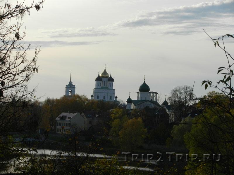 Панорама на центр Пскова: колокольня, Троицын собор, церковь Петра и Павла с Буя