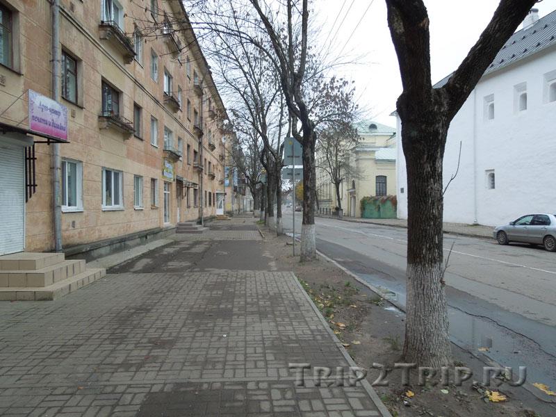 Улица Некрасова, Псков. Справа - Поганкины Палаты, а за ними - бывшая художественно-промышленная гимназия им. Фан-дер-Флита