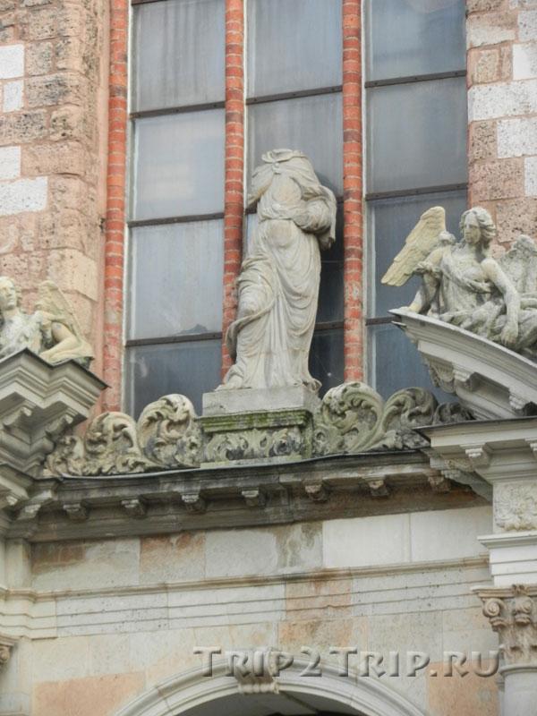 Боковой портал церкви Святого Петра, Рига