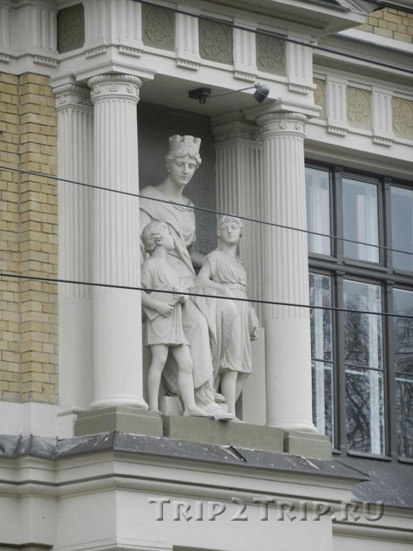 Статуи в нише Международной коммерческой школы, бульвар Калпака, Рига