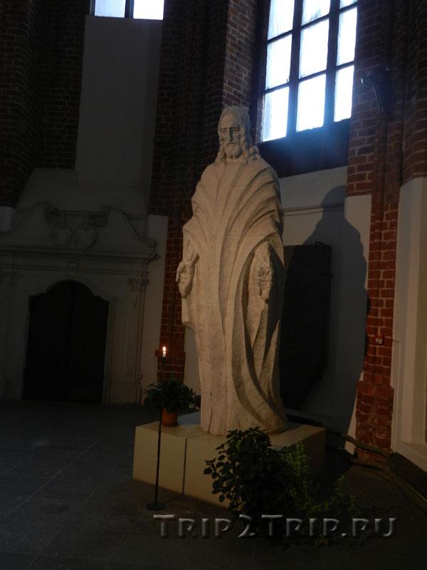 Статуя Христа Спасителя, внутри церкви Святого Петра, Рига